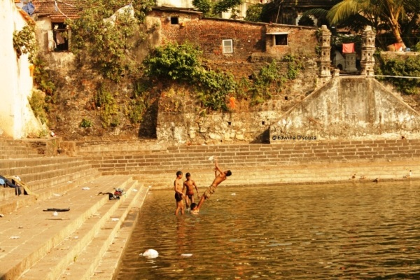 Kids playing in the water at Banganga tank mumbai