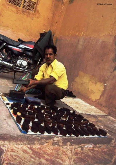 A Mehndi seller in Jaipur - rajasthan itinerary